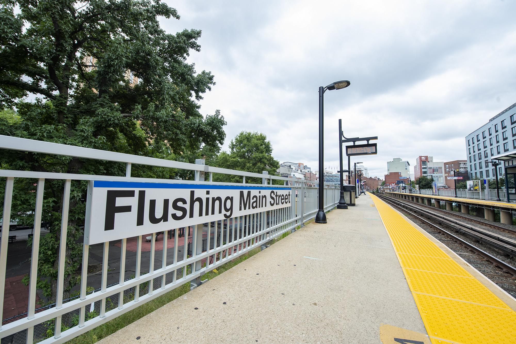 Flushing Main Street Platform A Signage 08-31-18